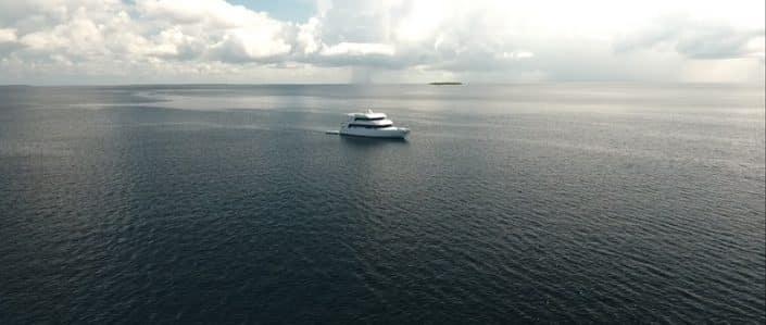 L'Equator qui navigue, vue du ciel en croisière plongée avec OK Maldives