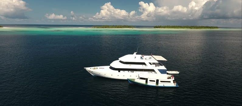 L'Equator et son Dhoni vus du ciel en croisière plongée avec OK Maldives