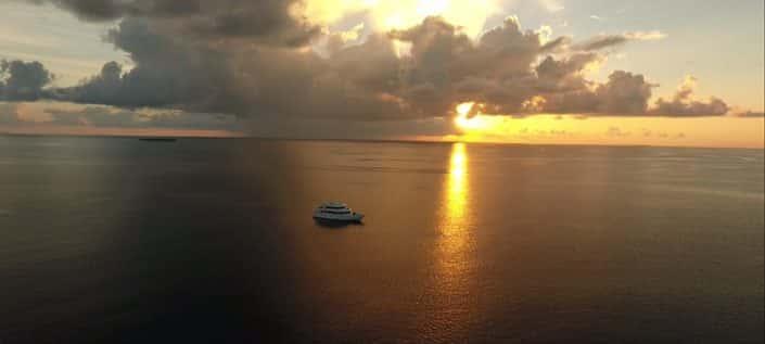 L'Equator au soleil couchant en croisière plongée avec OK Maldives